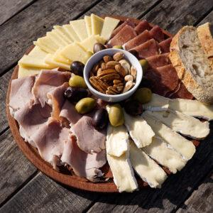 Picada con: Bondiola lomo de Praga, queso lincoln , queso brie, nueces pecan