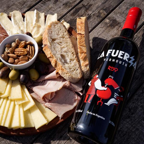 Picada con Vermouth: Bondiola lomo de Praga, queso lincoln , queso brie, nueces pecan